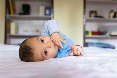 Bebé eurasiático en cama Fotos de archivo libres de regalías