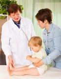 Bebé examing del doctor del pediatra en la clínica Foto de archivo libre de regalías