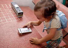 Bebé fascinado por el teléfono móvil Foto de archivo libre de regalías