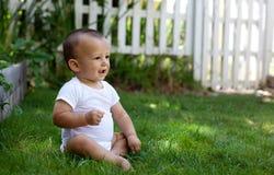 Bebé feliz afuera Foto de archivo libre de regalías
