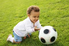 Bebé feliz bonito que joga o wih uma esfera Imagens de Stock Royalty Free