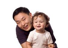 Bebé feliz con el padre. Foto de archivo
