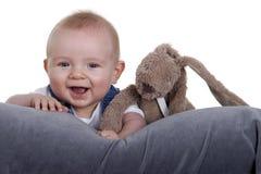 Bebé feliz con el peluche Fotos de archivo