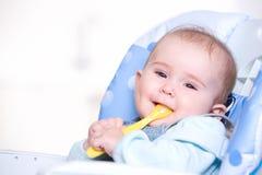 Bebé feliz con la cuchara Imagen de archivo
