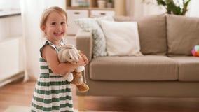 Bebé feliz con los juguetes suaves en casa metrajes