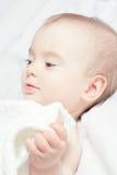 Bebé feliz con los ojos hermosos. En los colores calientes. Foto de archivo