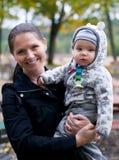 Bebé feliz da terra arrendada da mamã Fotos de Stock Royalty Free