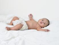 Bebé feliz de jugar consigo mismo imagenes de archivo