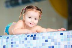 Bebé feliz del niño de la muchacha en piscina Foto de archivo