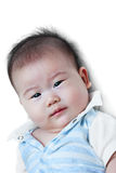 Bebé feliz del primer pequeño que mira la cámara mientras que miente en cama Imagen de archivo libre de regalías