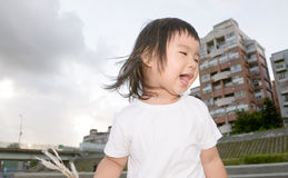 Bebé feliz delante del apartamento en el al aire libre Imagen de archivo