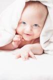 Bebé feliz después de bañar, miradas con las toallas blancas, sonrisas divertidas Fotografía de archivo