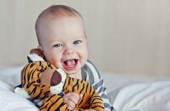 Bebé feliz en cama imagen de archivo
