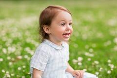 Bebé feliz en campo verde del verano Fotos de archivo