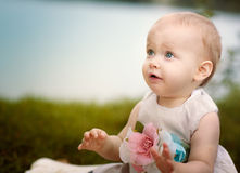 Bebé feliz en el lago Imagen de archivo libre de regalías