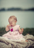 Bebé feliz en el lago Imágenes de archivo libres de regalías