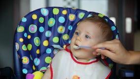 Bebé feliz en el tiempo del almuerzo Imágenes de archivo libres de regalías