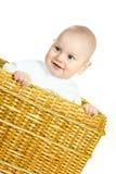 Bebé feliz en la cesta Foto de archivo