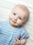 Bebé feliz en la hoja Foto de archivo libre de regalías