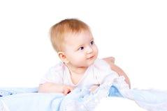 Bebé feliz en la mentira del pañal fotos de archivo libres de regalías