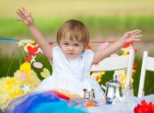 Bebé feliz en la tabla festiva Imagenes de archivo