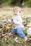 Bebé feliz en naturaleza Imagen de archivo libre de regalías