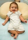 Bebé feliz en pesebre Fotos de archivo libres de regalías