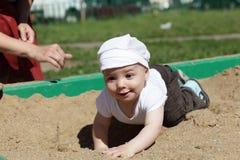 Bebé feliz en salvadera imagen de archivo libre de regalías