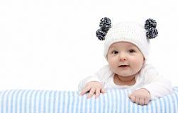 Bebé feliz en sombrero hecho punto Imagen de archivo libre de regalías