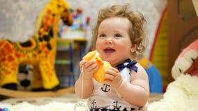 Bebé feliz en su casa preferida metrajes