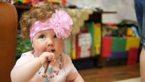 Bebé feliz en su casa preferida almacen de video