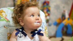 Bebé feliz en su casa preferida Bebé de alimentación con una cuchara almacen de video