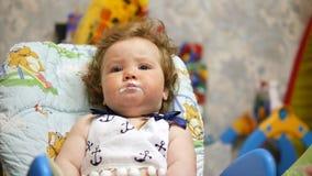Bebé feliz en su casa preferida Bebé de alimentación con una cuchara metrajes
