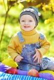 Bebé feliz en tiempo de caída Fotos de archivo