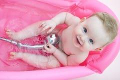 Bebé feliz en una bañera Fotos de archivo