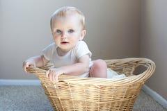 Bebé feliz en una cesta Fotografía de archivo libre de regalías