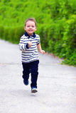 Bebé feliz, funcionando con la calle de la primavera Foto de archivo libre de regalías