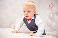 Bebé feliz Niño pequeño en una camisa y una corbata de lazo blancas Retrato de los niños Hombre elegante en de moda una corbata d imagenes de archivo