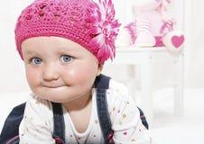 Bebé feliz no chapéu cor-de-rosa imagens de stock