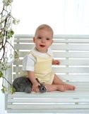 Bebé feliz que acaricia el conejito fotografía de archivo libre de regalías