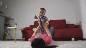 Bebé feliz que goza con la madre en casa almacen de metraje de vídeo