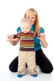 Bebé feliz que juega con la madre imagenes de archivo