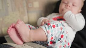 Bebé feliz que miente en revestimiento del ` s del padre almacen de metraje de vídeo