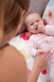 Bebé feliz que mira a la momia Imagenes de archivo