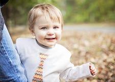Bebé feliz que se aferra para parent Foto de archivo libre de regalías