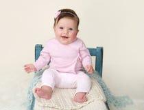 Bebé feliz que se sienta en cama imagen de archivo libre de regalías