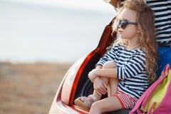 Bebé feliz que se sienta en el tronco de coche Fotografía de archivo libre de regalías