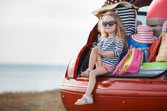 Bebé feliz que se sienta en el tronco de coche Fotografía de archivo