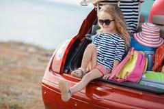 Bebé feliz que se sienta en el tronco de coche Imágenes de archivo libres de regalías