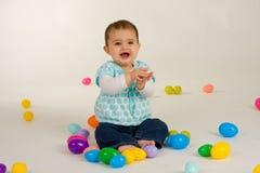 Bebé feliz sobre los huevos de Pascua Fotos de archivo libres de regalías